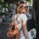 Funky Vers Hipster-Plezier die Concept met een skateboard rijden royalty-vrije stock foto's