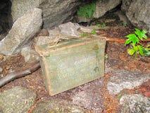 Funnit gömställe från den geocaching leken. Royaltyfri Fotografi