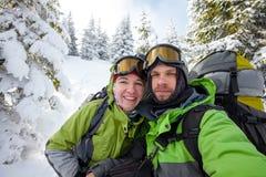 2 funnny hikers представляя на камере в горах зимы Стоковая Фотография RF