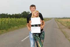 Funny Couple  shows blank piece of paper Royalty Free Stock Images