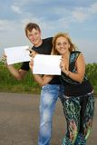 Funny Couple  shows blank piece of paper Royalty Free Stock Photos