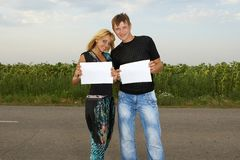 Funny Couple  shows blank piece of paper Royalty Free Stock Photo