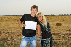 Funny Couple  shows blank piece of paper Royalty Free Stock Image