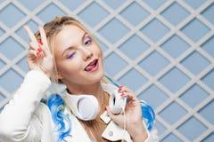 Funny Girl con con el pelo coloreado y los auriculares grandes foto de archivo libre de regalías