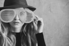 funny girl glasses χαριτωμένο νέο κορίτσι μόδας με τα αστεία γυαλιά και το πράσινο καπέλο Στοκ Εικόνες