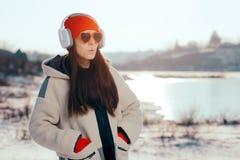 Funny Girl met Hart Gevormde Zonnebril die aan Muziek luisteren royalty-vrije stock afbeeldingen