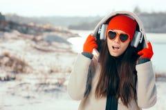 Funny Girl met Hart Gevormde Zonnebril die aan Muziek luisteren stock afbeeldingen