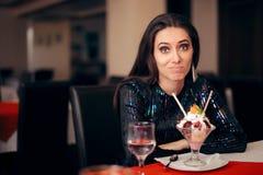 Funny Girl z zabawa deserem przy przyjęciem obraz royalty free