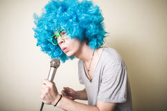Funny guy with blue wig singing Stock Image