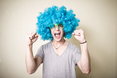Funny guy with blue wig singing Stock Images