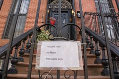 Funny notice on a brownstone apartment. In New York City Royalty Free Stock Photos