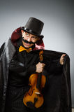 Funny violin player wearing tophat Royalty Free Stock Images