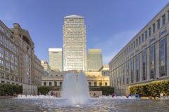 Funtain amarelo da plaza do cais e construções modernas, Londres fotos de stock