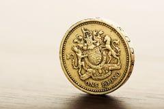 Funtowa GBP moneta na biurku Zdjęcia Stock