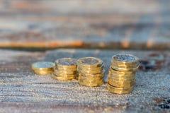 Funtowej monety sterty na Drewnianym Jetty, pieniądze obrazy royalty free