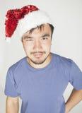 Funy εξωτικός ασιατικός Άγιος Βασίλης στο νέο χαμόγελο καπέλων ετών κόκκινο στοκ εικόνα με δικαίωμα ελεύθερης χρήσης