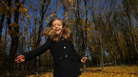Funzionamenti allegri della bambina al parco video d archivio