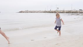Funzionamenti allegri della bambina lungo la spiaggia stock footage