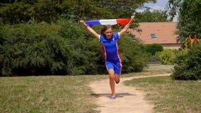 Funzionamenti allegri della ragazza con la bandiera francese in sue mani video d archivio