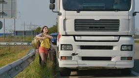 Funzionamenti degli autostoppisti al vagone fermato video d archivio