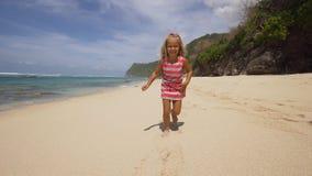 Funzionamenti del bambino lungo la spiaggia Immagini Stock