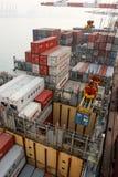 Funzionamenti del carico su una nave porta-container in Cina Fotografie Stock Libere da Diritti