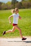 Funzionamenti del corridore della donna - allenamento in primavera Fotografie Stock Libere da Diritti