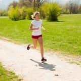 Funzionamenti del corridore della donna - allenamento in primavera Immagini Stock Libere da Diritti