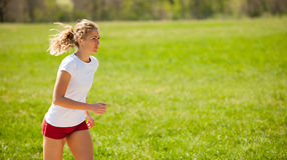 Funzionamenti del corridore della donna - allenamento in primavera Immagine Stock