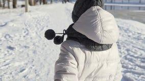 Funzionamenti della ragazza nell'orario invernale video d archivio
