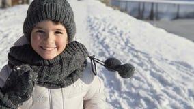 Funzionamenti della ragazza nell'orario invernale stock footage