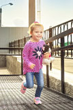Funzionamenti felici della bambina verso fotografia stock libera da diritti