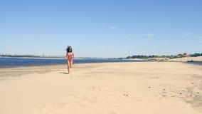 Funzionamento abbronzato della giovane donna sulla spiaggia archivi video