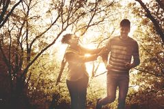 Funzionamento afroamericano felice delle coppie e prendere nel PA fotografia stock libera da diritti