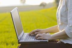 Funzionamento all'esterno con il computer portatile immagine stock libera da diritti