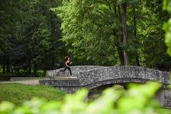 Funzionamento anonimo della donna nel parco Fotografia Stock