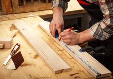 Funzionamento anziano del carpentiere Fotografia Stock Libera da Diritti