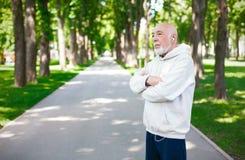 Funzionamento anziano dell'uomo nel parco verde, spazio della copia Immagine Stock Libera da Diritti