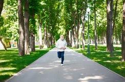 Funzionamento anziano dell'uomo nel parco verde, spazio della copia Immagini Stock Libere da Diritti