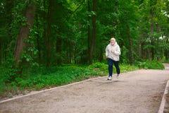 Funzionamento anziano dell'uomo nella foresta verde, spazio della copia Fotografie Stock Libere da Diritti