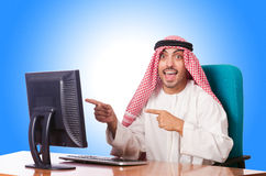 Funzionamento arabo dell'uomo d'affari Fotografie Stock Libere da Diritti