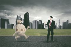 Funzionamento arabo dell'uomo d'affari a partire dal debito Fotografie Stock Libere da Diritti