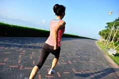 Funzionamento asiatico della donna di stile di vita sano Immagine Stock Libera da Diritti