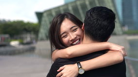 Funzionamento asiatico della ragazza per incontrare il suo ragazzo stock footage