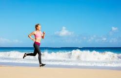 Funzionamento atletico della donna di forma fisica sulla spiaggia Immagini Stock