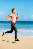 Funzionamento atletico della donna di forma fisica sulla spiaggia Fotografia Stock Libera da Diritti
