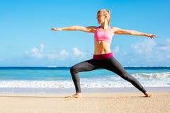Funzionamento atletico della donna di forma fisica sulla spiaggia Immagine Stock