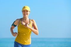 Funzionamento atletico della donna di forma fisica sulla spiaggia Fotografie Stock Libere da Diritti