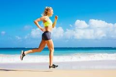 Funzionamento atletico della donna sulla spiaggia Fotografie Stock Libere da Diritti