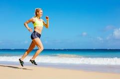 Funzionamento atletico della donna sulla spiaggia Immagini Stock Libere da Diritti